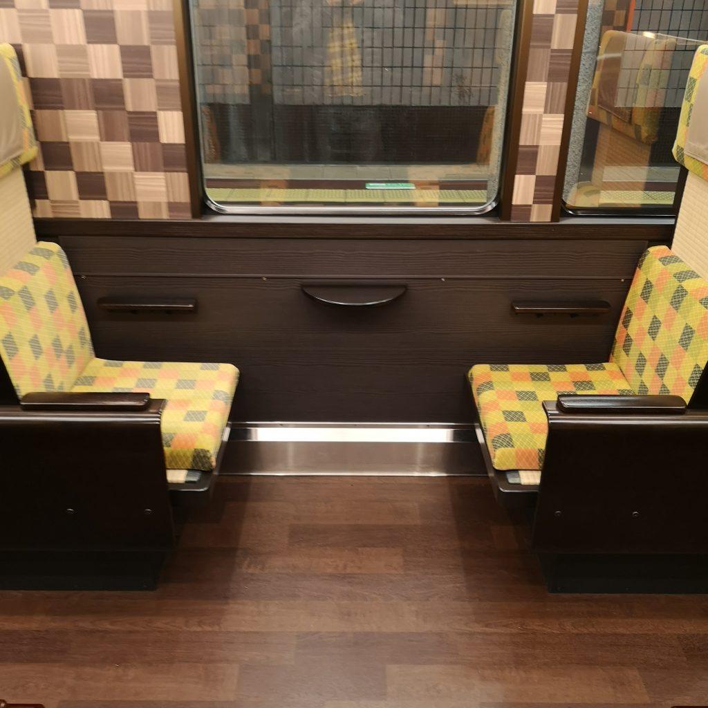阪急 京とれいん雅楽 6号車 2人用ボックス座席
