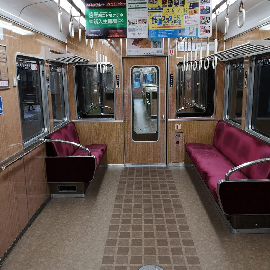 阪急宝塚線急行 8000系 優先座席とフリースペース